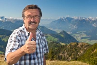 10812266-uomo-anziano-sulla-cima-di-una-montagna