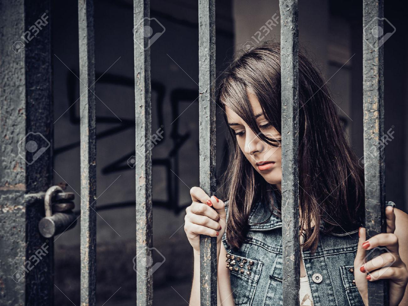 27273256-Giovane-donna-che-imprigionato-Archivio-Fotografico